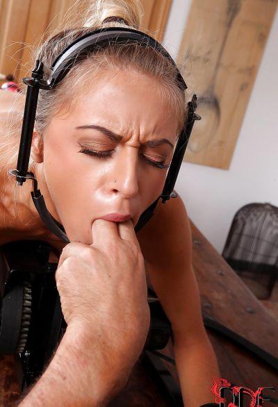 Фото №11 Заковал блондинку для грубой ебли секс машиной