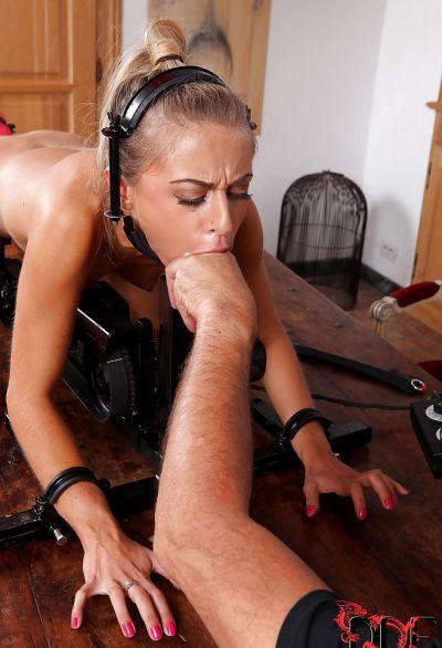 Фото №14 Заковал блондинку для грубой ебли секс машиной