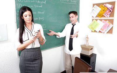 Фото №4 Возбужденная училка India Summer не удержалась и отсосала пенис студента