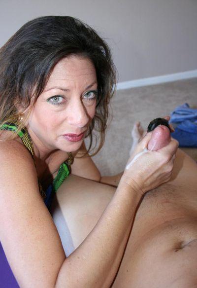 Фото №11 Зрелая женщина дрочит член на время