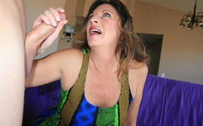 Фото №15 Зрелая женщина дрочит член на время