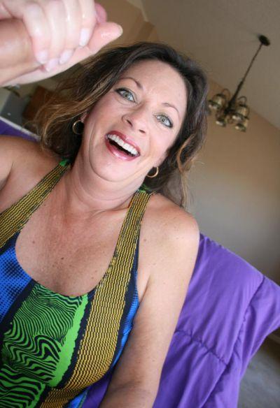 Фото №4 Зрелая женщина дрочит член на время