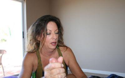 Фото №8 Зрелая женщина дрочит член на время