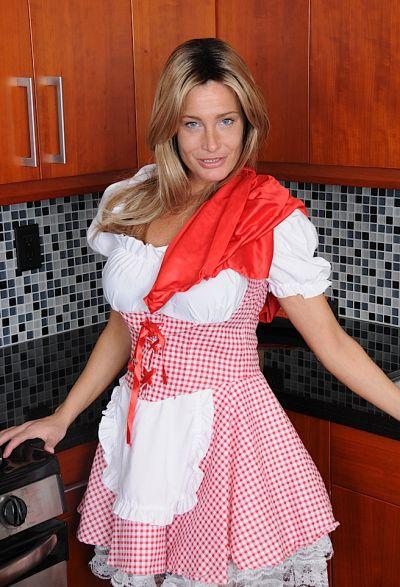 Фото №1 Привлекательная зрелая жена разделась на кухне