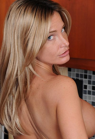 Фото №14 Привлекательная зрелая жена разделась на кухне