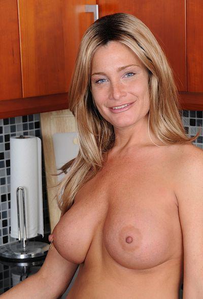 Фото №16 Привлекательная зрелая жена разделась на кухне