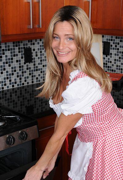 Фото №2 Привлекательная зрелая жена разделась на кухне