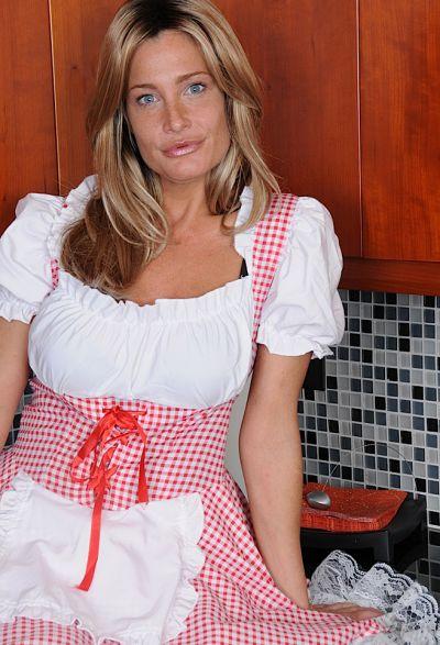 Фото №3 Привлекательная зрелая жена разделась на кухне