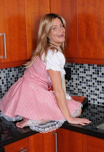 Фото №4 Привлекательная зрелая жена разделась на кухне