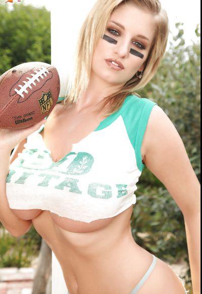 Фото №4 Спортивная блондинка с большими дойками показала стриптиз