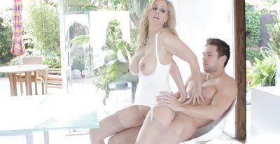 Фото №14 Зрелую блондинку трахает мускулистый самец во все щели