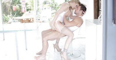 Фото №5 Зрелую блондинку трахает мускулистый самец во все щели