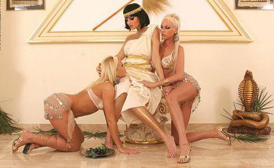 Фото №1 Три косплей лесбиянки с самотыками
