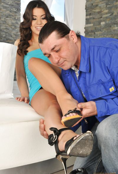 Фото №1 Натянул жопу брюнетки на свой член после орального секса ног