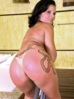 Татуированная жопастая латина в сауне