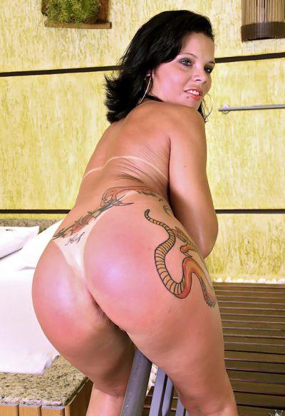 Фото №15 Татуированная жопастая латина в сауне