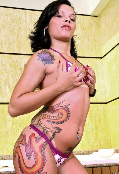 Фото №2 Татуированная жопастая латина в сауне