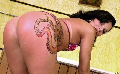 Фото №4 Татуированная жопастая латина в сауне