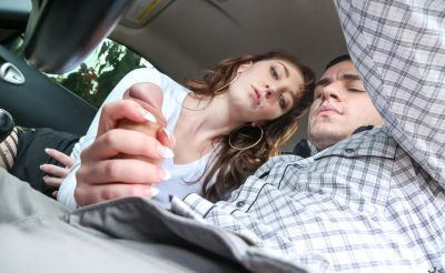 Фото №5 Молодая красотка подрочила и отсосала член в машине