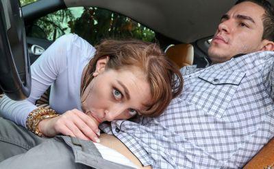 Фото №7 Молодая красотка подрочила и отсосала член в машине