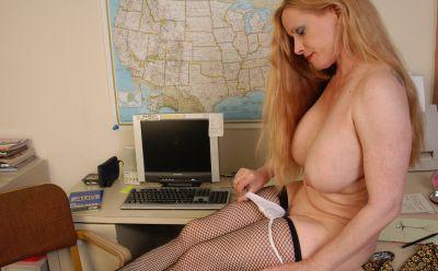 Фото №10 Зрелая секретарша в чулках разделась на работе