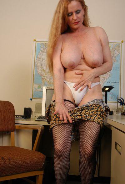 Фото №8 Зрелая секретарша в чулках разделась на работе