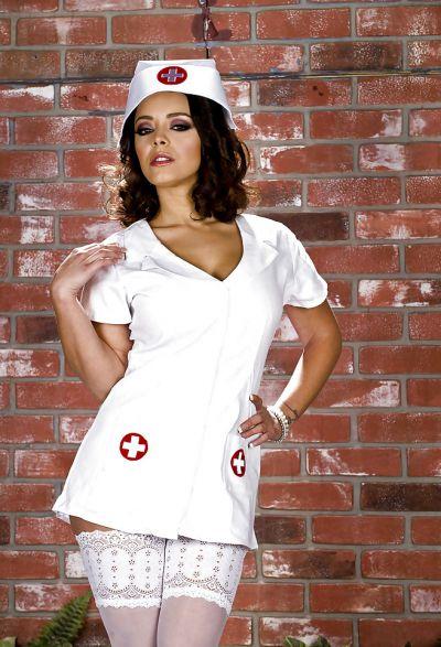 Фото №1 Сочная медсестра в белых чулках