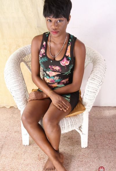 Фото №1 Коротко стриженная негритянка разделась догола