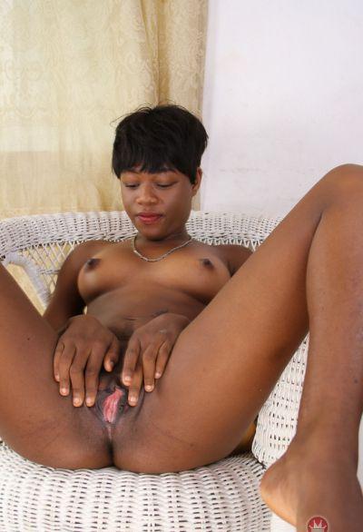 Фото №15 Коротко стриженная негритянка разделась догола