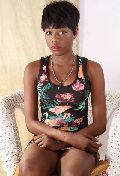 Фото №2 Коротко стриженная негритянка разделась догола