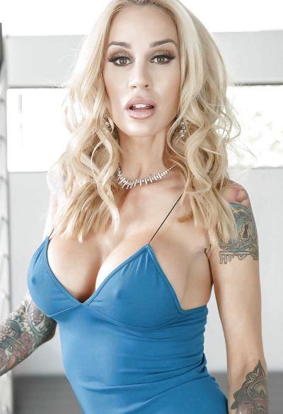 Фото №1 Жена с татуированными руками разделась на лестнице