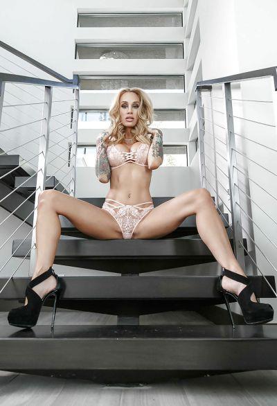Фото №10 Жена с татуированными руками разделась на лестнице