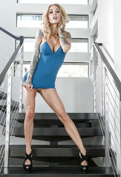 Фото №3 Жена с татуированными руками разделась на лестнице