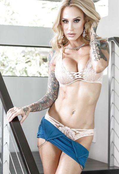 Фото №6 Жена с татуированными руками разделась на лестнице