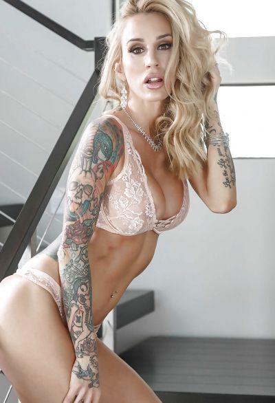 Фото №7 Жена с татуированными руками разделась на лестнице