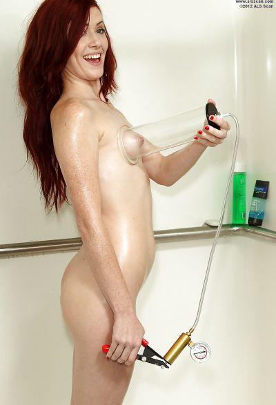 Фото №8 Порнофотосессия в душе от рыжей девушки и её подруги