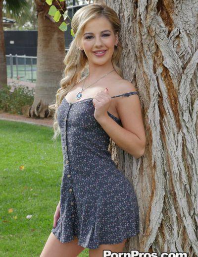Фото №1 Похотливая блондинка задрала платье и раздвинула половые губки