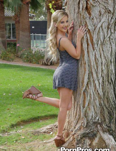 Фото №2 Похотливая блондинка задрала платье и раздвинула половые губки
