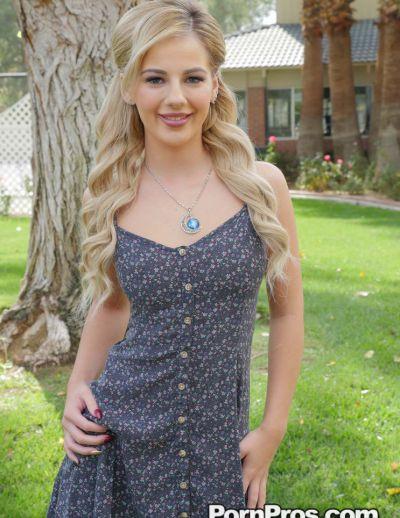 Фото №3 Похотливая блондинка задрала платье и раздвинула половые губки