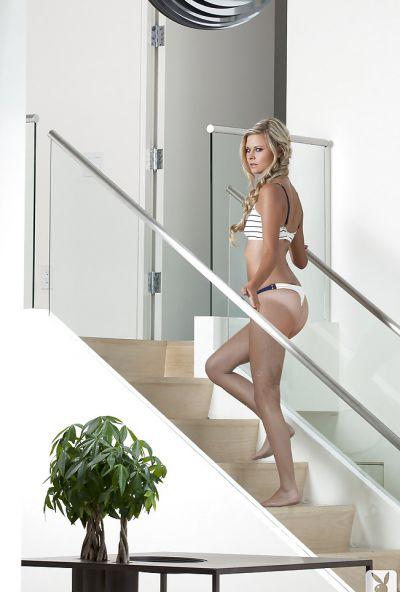 Фото №1 Стройная блондинка эротично позирует на фоне городского пейзажа