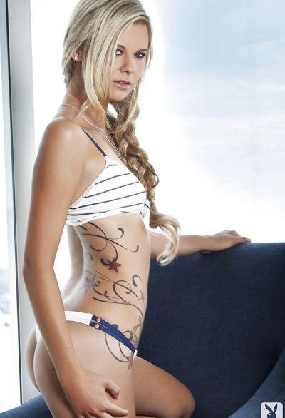Фото №3 Стройная блондинка эротично позирует на фоне городского пейзажа