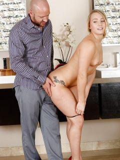 Горячая блондинка занялась сексом в масле с мускулистым лысым самцом