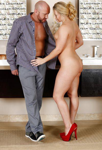Фото №2 Горячая блондинка занялась сексом в масле с мускулистым лысым самцом