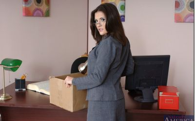 Фото №1 Офисная милфа с большими дойками скачет на толстом члене лысого босса