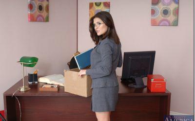 Фото №2 Офисная милфа с большими дойками скачет на толстом члене лысого босса