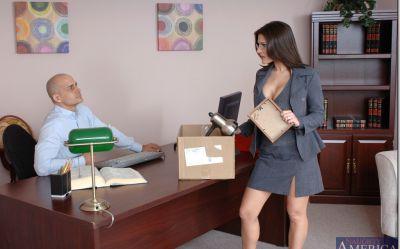 Фото №4 Офисная милфа с большими дойками скачет на толстом члене лысого босса