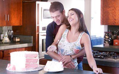 Фото №1 Аппетитная жена занялась сексом на кухне с мужем в честь праздника