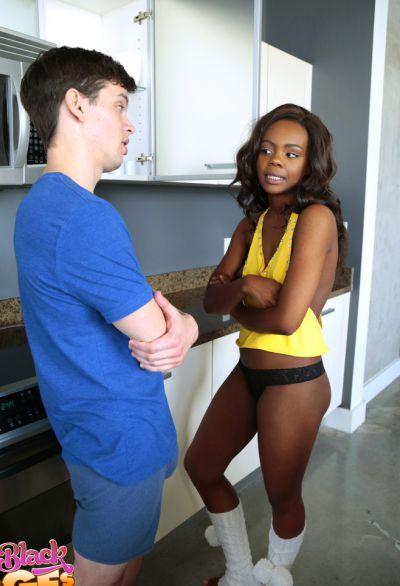 Фото №1 Негритянка Haylee Wynters задолжала минет своему белому другу