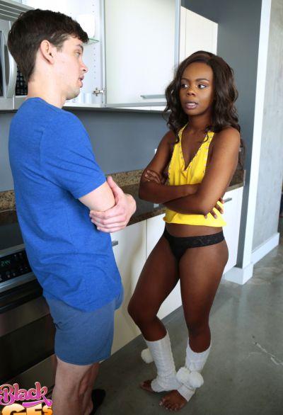 Фото №2 Негритянка Haylee Wynters задолжала минет своему белому другу