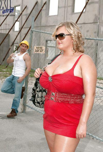 Фото №1 Толстая кудрявая блондинка дала облизать большие дойки